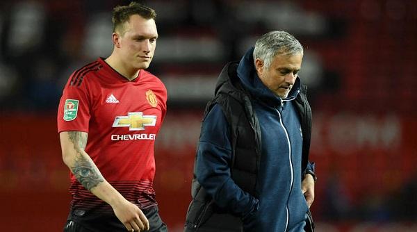 Tiếp tục thất bại trên sân nhà, HLV Mourinho phải đối mặt với nhiều chỉ trích